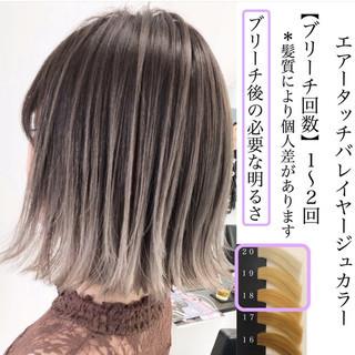 アッシュベージュ グラデーションカラー ミディアム エレガント ヘアスタイルや髪型の写真・画像