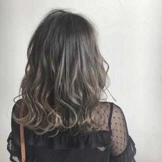 透明感 ミディアム ハイライト ウェーブ ヘアスタイルや髪型の写真・画像