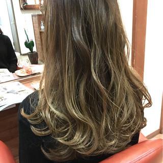 アッシュ ハイライト ロング パーマ ヘアスタイルや髪型の写真・画像
