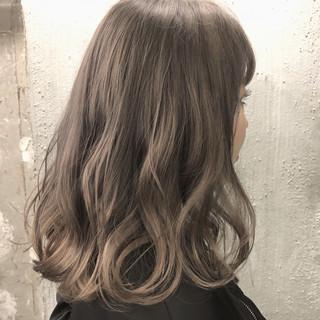 アッシュ ミルクティーベージュ グレージュ セミロング ヘアスタイルや髪型の写真・画像