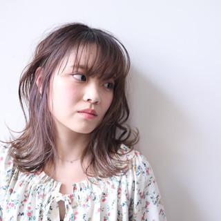 ミディアム ラベンダーグレージュ フェミニン グレージュ ヘアスタイルや髪型の写真・画像