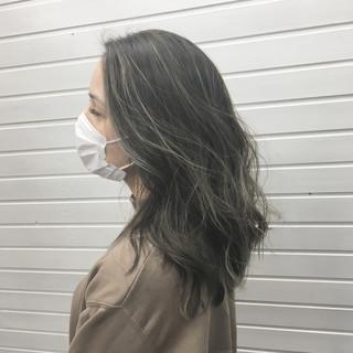 エレガント アッシュグレージュ コントラストハイライト セミロング ヘアスタイルや髪型の写真・画像