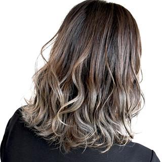 グラデーションカラー グレー グレージュ ミディアム ヘアスタイルや髪型の写真・画像