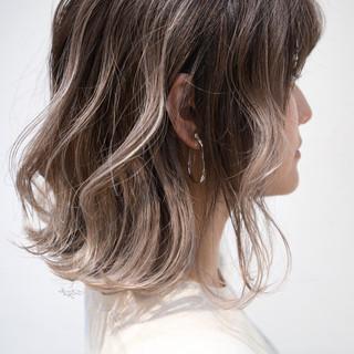 バレイヤージュ グレージュ ローライト ボブ ヘアスタイルや髪型の写真・画像