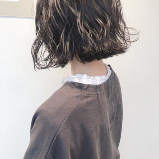 ナチュラル アッシュベージュ 外ハネボブ パーマ ヘアスタイルや髪型の写真・画像