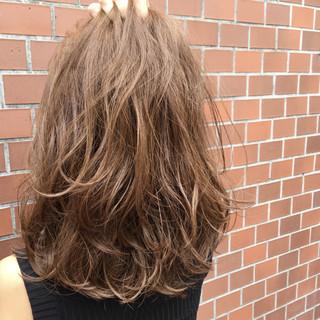 グレージュ ハイライト 外国人風 レイヤーカット ヘアスタイルや髪型の写真・画像
