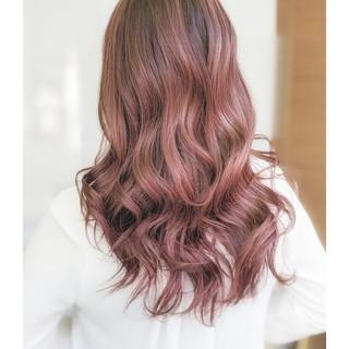 ロング ピンクベージュ グラデーションカラー 派手髪 ヘアスタイルや髪型の写真・画像
