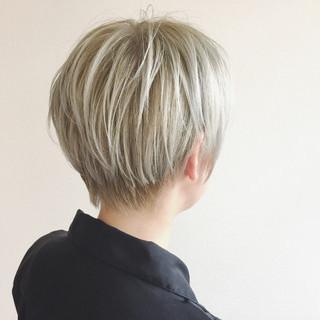 ブリーチ ショート ホワイトアッシュ ハイトーン ヘアスタイルや髪型の写真・画像