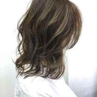 ミディアム グラデーションカラー アッシュ くせ毛風 ヘアスタイルや髪型の写真・画像