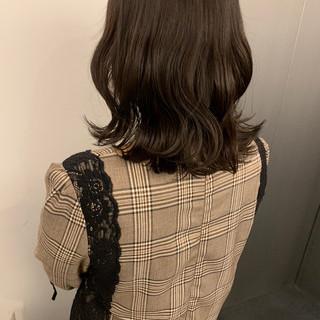 アッシュグレージュ ダークグレー ミディアム ナチュラル ヘアスタイルや髪型の写真・画像