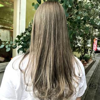 ミルクティーグレージュ ロング スモーキーアッシュ 透明感カラー ヘアスタイルや髪型の写真・画像
