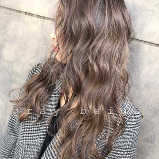 アッシュグレージュ ブリーチカラー 暗髪 セミロング ヘアスタイルや髪型の写真・画像