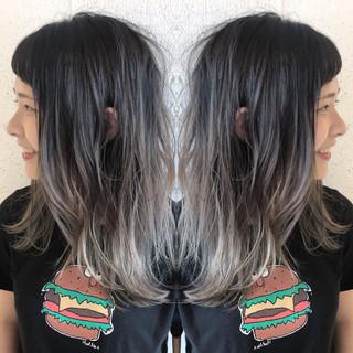 セミロング ナチュラル シルバーアッシュ ハイライト ヘアスタイルや髪型の写真・画像