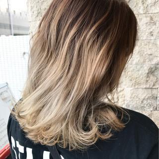アッシュベージュ バレイヤージュ セミロング ハイライト ヘアスタイルや髪型の写真・画像
