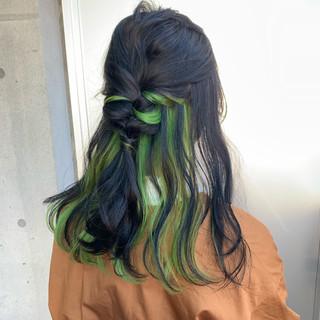 セミロング ストリート ユニコーンカラー インナーカラーライム ヘアスタイルや髪型の写真・画像