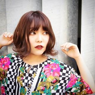 ミディアム ピンク 外ハネ レッド ヘアスタイルや髪型の写真・画像
