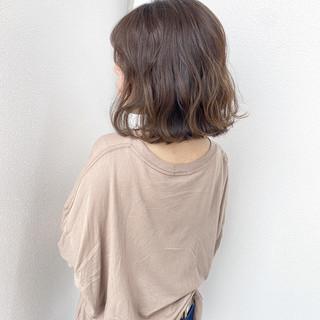 アウトドア ミディアム コテ巻き ばっさり ヘアスタイルや髪型の写真・画像