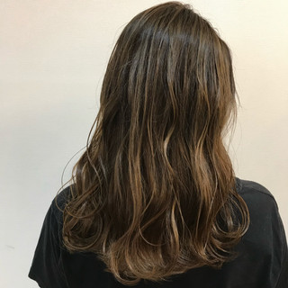バレイヤージュ ナチュラル メッシュ グレージュ ヘアスタイルや髪型の写真・画像