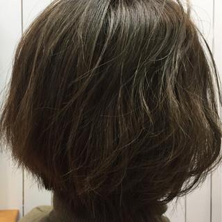 ショート くせ毛風 ハイライト アッシュ ヘアスタイルや髪型の写真・画像