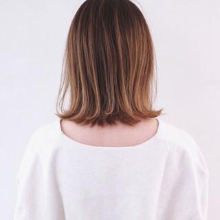グレージュ 切りっぱなしボブ ミディアム アッシュグラデーション ヘアスタイルや髪型の写真・画像