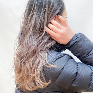 アッシュグラデーション 外国人風 グラデーションカラー ミルクティーグレージュ ヘアスタイルや髪型の写真・画像