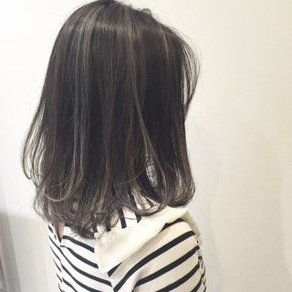 アッシュ グレージュ ウェットヘア ミディアム ヘアスタイルや髪型の写真・画像