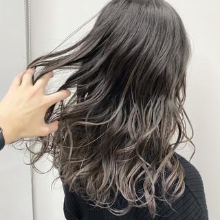 セミロング バレイヤージュ ナチュラル ダークカラー ヘアスタイルや髪型の写真・画像