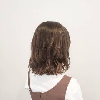 ナチュラル グレージュ ミディアム ハイライト ヘアスタイルや髪型の写真・画像