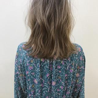ロブ ブリーチ 透明感 アンニュイ ヘアスタイルや髪型の写真・画像