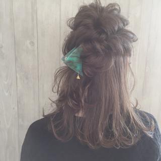 ハーフアップ くるりんぱ 三角クリップ ねじり ヘアスタイルや髪型の写真・画像