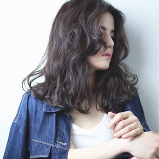 暗髪 波ウェーブ ウェーブ ストリート ヘアスタイルや髪型の写真・画像