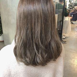 ミディアム アッシュグレージュ ミルクティーグレージュ ベージュ ヘアスタイルや髪型の写真・画像