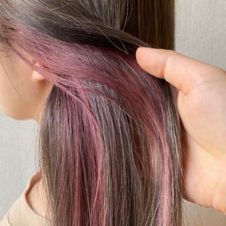 セミロング インナーカラー インナーピンク イヤリングカラー ヘアスタイルや髪型の写真・画像