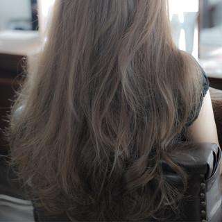 グレージュ ロング ナチュラル アッシュ ヘアスタイルや髪型の写真・画像