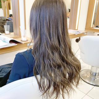 アッシュグレージュ アッシュ ロング コテ巻き ヘアスタイルや髪型の写真・画像