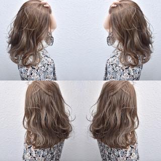 ハイライト アッシュベージュ セミロング ベージュ ヘアスタイルや髪型の写真・画像