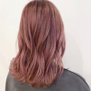 セミロング ピンク ピンクアッシュ ベリーピンク ヘアスタイルや髪型の写真・画像