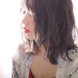 シースルーバング ウェーブ ミディアム ハイライト ヘアスタイルや髪型の写真・画像