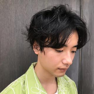 センターパート メンズヘア ナチュラル ミディアム ヘアスタイルや髪型の写真・画像