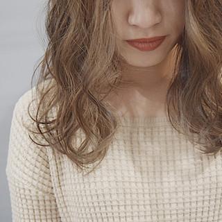 ヌーディーベージュ ミルクティーグレージュ セミロング ミルクティーベージュ ヘアスタイルや髪型の写真・画像