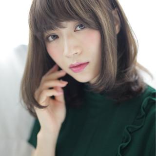 フェミニン 前髪あり 重めバング ブラウン ヘアスタイルや髪型の写真・画像