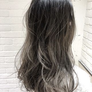 シルバーアッシュ セミロング シルバー バレイヤージュ ヘアスタイルや髪型の写真・画像