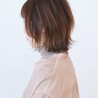 ボブ レイヤーカット 切りっぱなしボブ ベージュ ヘアスタイルや髪型の写真・画像