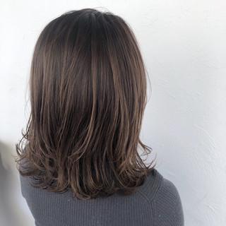 グレージュ ナチュラル 切りっぱなしボブ ミディアム ヘアスタイルや髪型の写真・画像