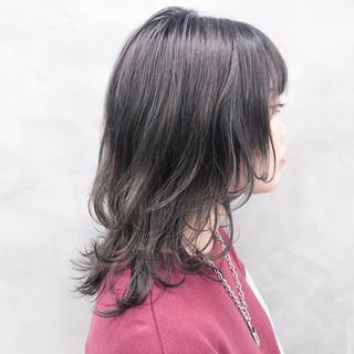 ウルフカット グレージュ バレイヤージュ ミディアムレイヤー ヘアスタイルや髪型の写真・画像
