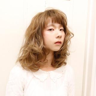 ミルクティー フェミニン パーマ ミディアム ヘアスタイルや髪型の写真・画像