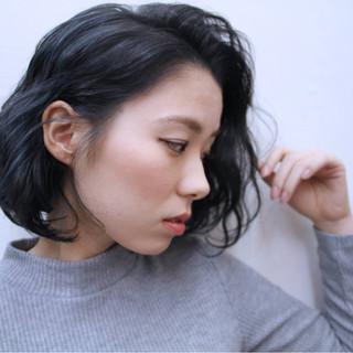 ミディアム 波ウェーブ インナーカラー ハイライト ヘアスタイルや髪型の写真・画像