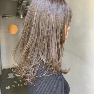 セミロング オリーブベージュ ナチュラル オリーブアッシュ ヘアスタイルや髪型の写真・画像