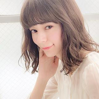 ミディアム デート 透明感カラー オフィス ヘアスタイルや髪型の写真・画像