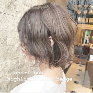 ショートヘア 切りっぱなしボブ ミルクティーグレージュ ウルフカット ヘアスタイルや髪型の写真・画像
